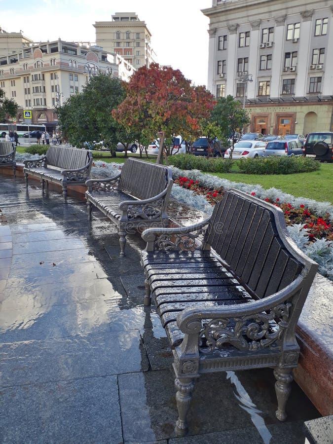 Quadrato davanti al teatro di Bolshoi dopo pioggia fotografie stock libere da diritti