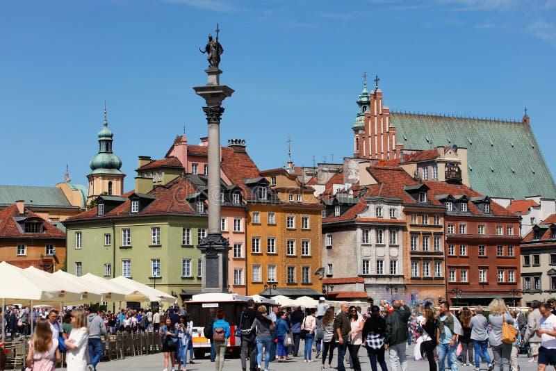 Quadrato del castello a Varsavia in pieno dei turisti fotografie stock