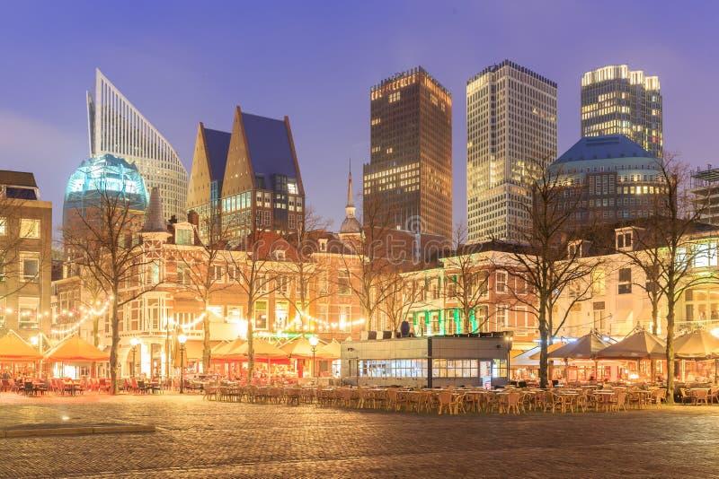 Quadrato del centro urbano della città olandese L'aia alla notte immagine stock