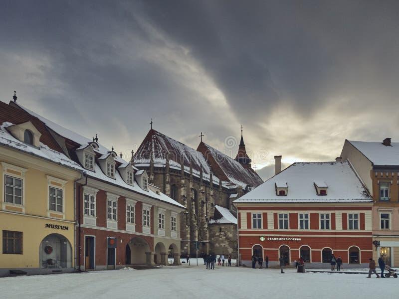 Quadrato del Consiglio di Snowy e chiesa nera, Brasov, Romania fotografia stock libera da diritti