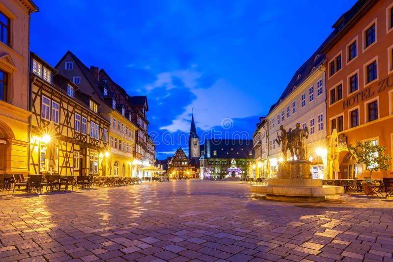 Quadrato del mercato con municipio alla notte, Quedlinburg, Germania fotografie stock