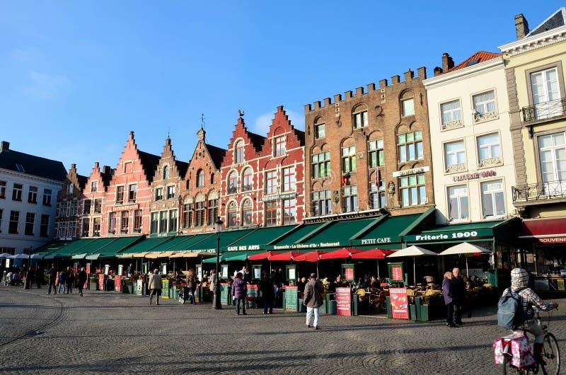 Quadrato del mercato e centro città, Bruges Belgio fotografia stock