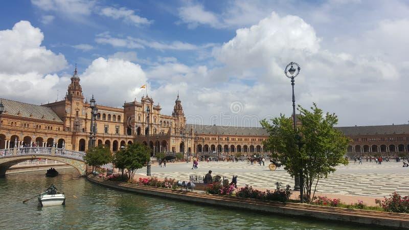 Quadrato del palazzo di Siviglia Cielo luminoso fotografie stock libere da diritti