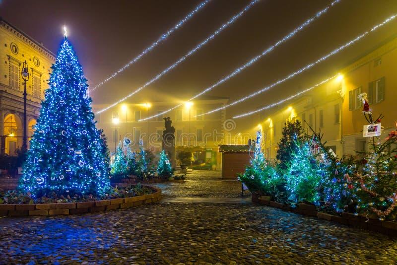 Quadrato del villaggio con le decorazioni di Natale fotografie stock libere da diritti