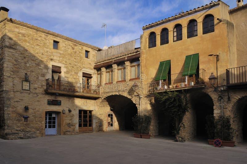 Quadrato del villaggio medievale di Peratallada, alt Emporda, Costa Brava, provincia di Girona, Catalogna, Spagna fotografia stock libera da diritti