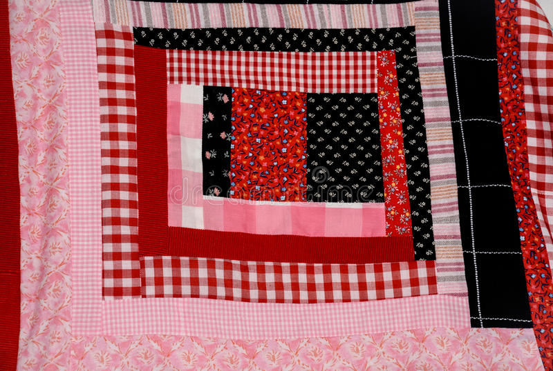 Quadrato della trapunta della cabina di ceppo rosso e rosa immagini stock libere da diritti