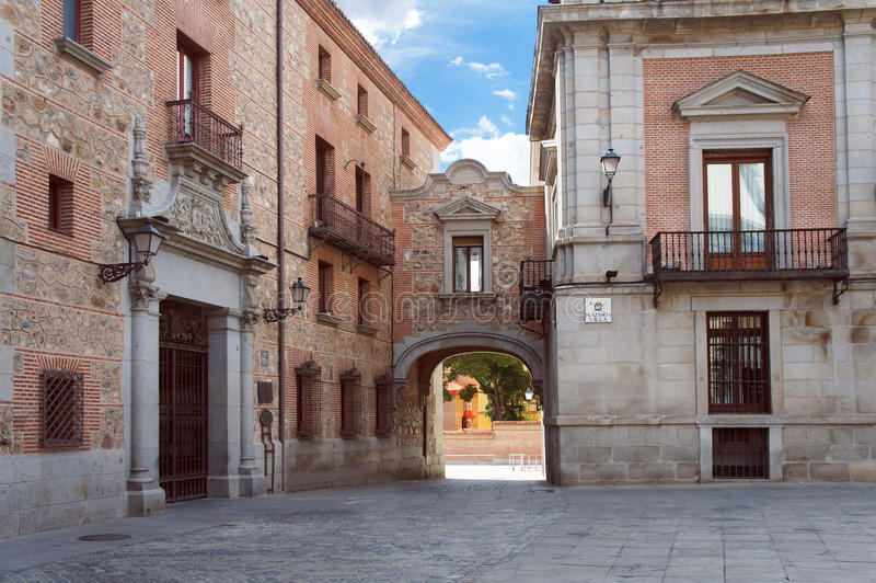 Quadrato della villa nel vecchio quarto di Madrid fotografia stock libera da diritti