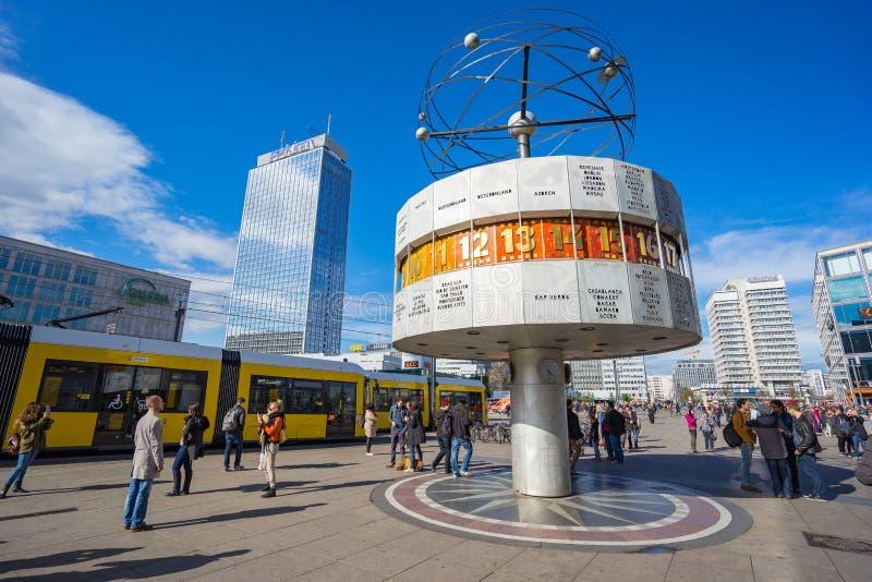 Quadrato di Alexanderplatz con l'orologio del mondo nella città di Berlino, Germa immagine stock