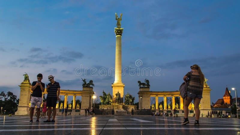 Quadrato di eroi a Budapest al crepuscolo fotografia stock