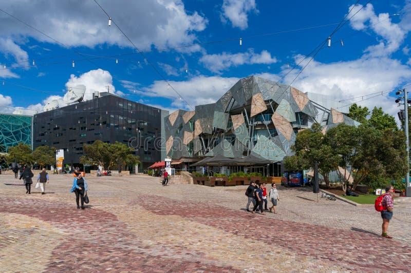 Quadrato di federazione del centro urbano di Melbourne con la gente fotografie stock libere da diritti