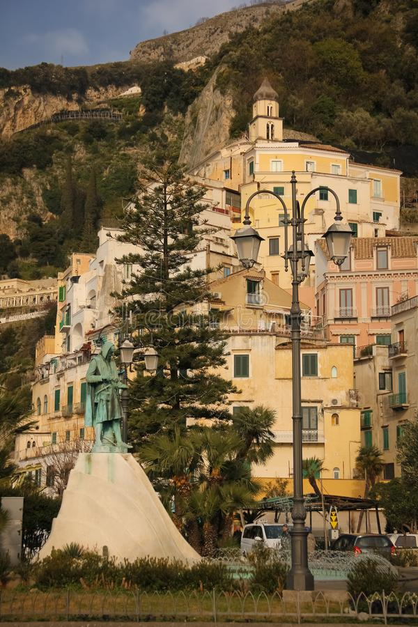 Quadrato di Flovio Gioja e vista della città Amalfi Campania L'Italia immagini stock