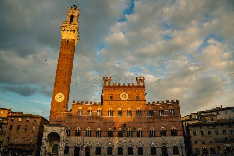 Quadrato di Piazza del Campo Campo, Palazzo Publico e torre di Torre del Mangia Mangia a Siena, Toscana, Italia immagini stock
