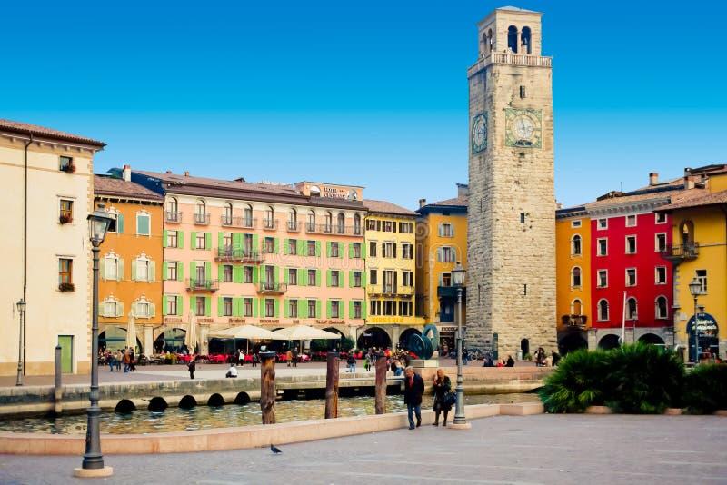 Quadrato di Riva del Garda una vista panoramica di tre novembre immagini stock libere da diritti