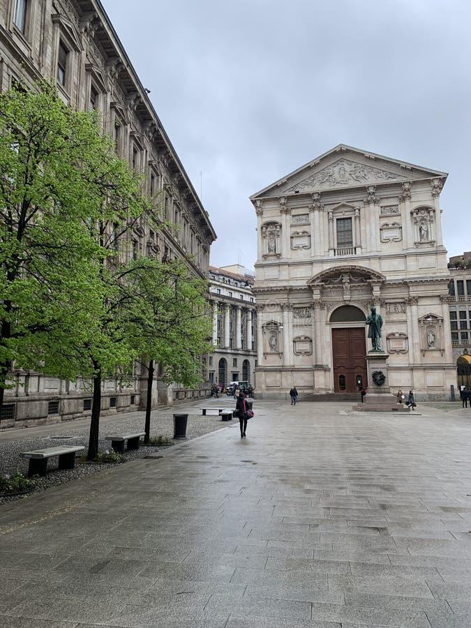 Quadrato di San Fedele in Milan Italy con la statua dello scrittore Alessandro Manzoni fotografie stock