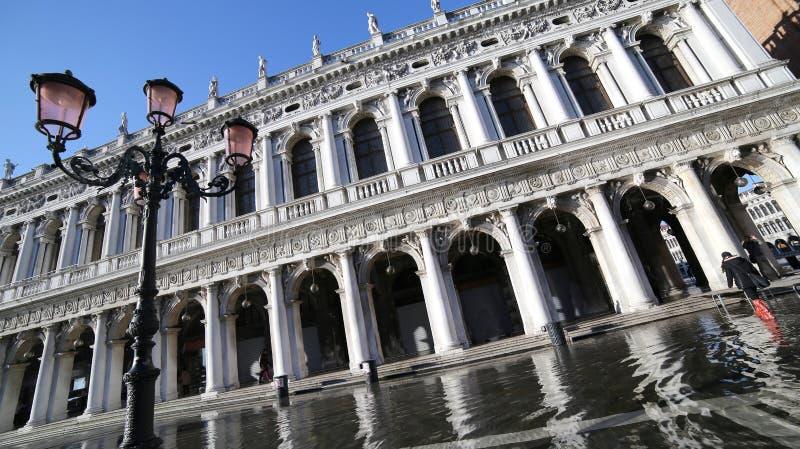 Quadrato di St Mark e palazzo antico della biblioteca nazionale chiamati fotografia stock