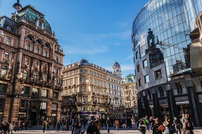 Quadrato di Stephansplatz con le facciate dei monumenti storici fotografia stock libera da diritti