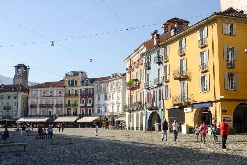 Quadrato grande della vecchia piazza delle case a Locarno immagine stock