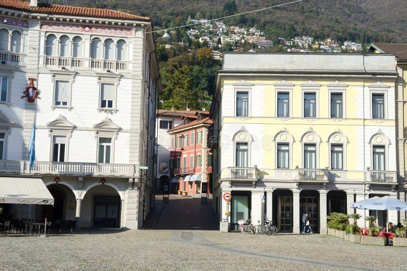 Quadrato grande della vecchia piazza delle case a Locarno fotografia stock