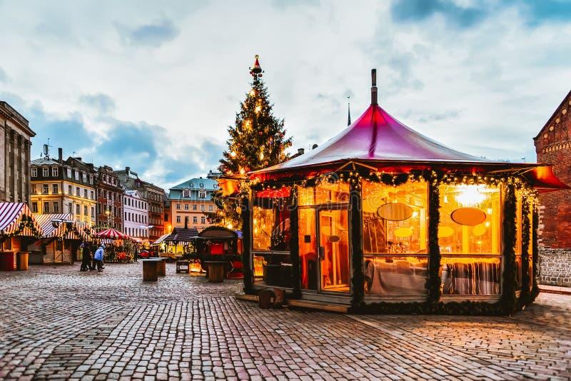 Quadrato luminoso della cupola del padiglione nel mercato di Natale dell'inverno Riga in Lettonia immagini stock libere da diritti