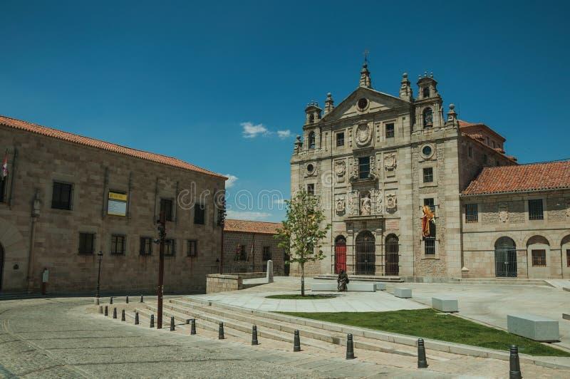 Quadrato nella parte anteriore il convento di Santa Teresa de Jesus a Avila immagini stock libere da diritti
