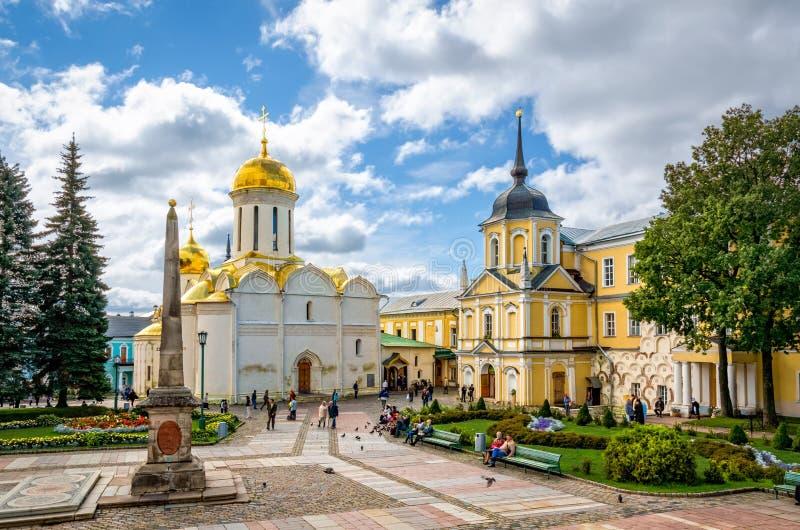 Quadrato principale alla st Sergius Lavra della trinità santa fotografie stock libere da diritti