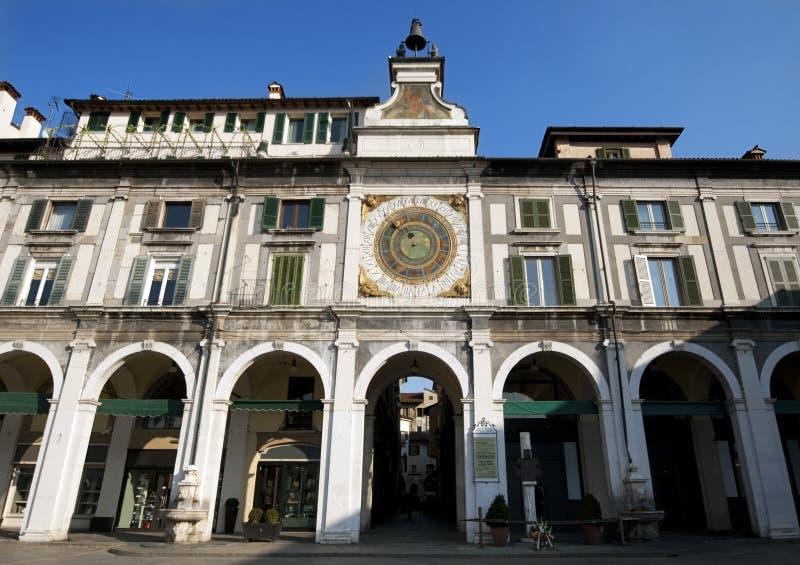 Quadrato principale a Brescia con belltower e l'orologio antico, Italia fotografia stock libera da diritti