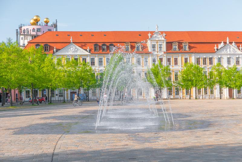 Quadrato principale con le fontane a Magdeburgo dalla cattedrale e dal servizio governativo fotografia stock libera da diritti