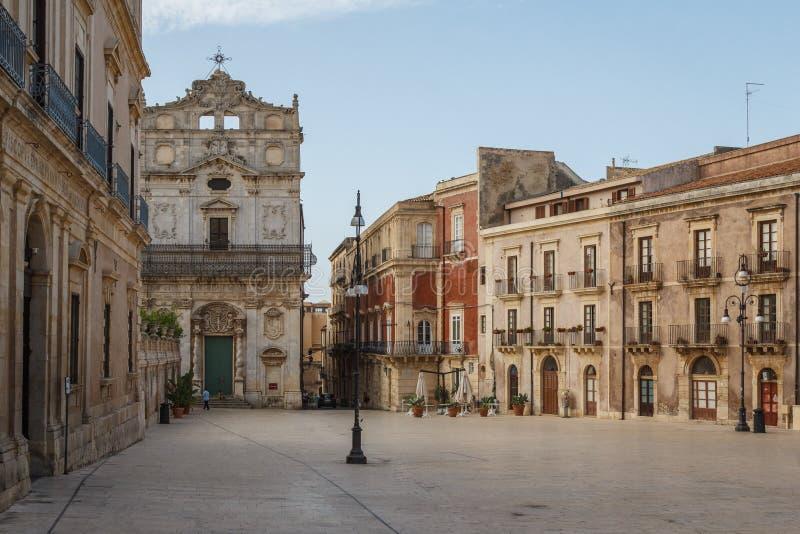 Quadrato principale del centro storico di Siracuse, isola della Sicilia immagine stock