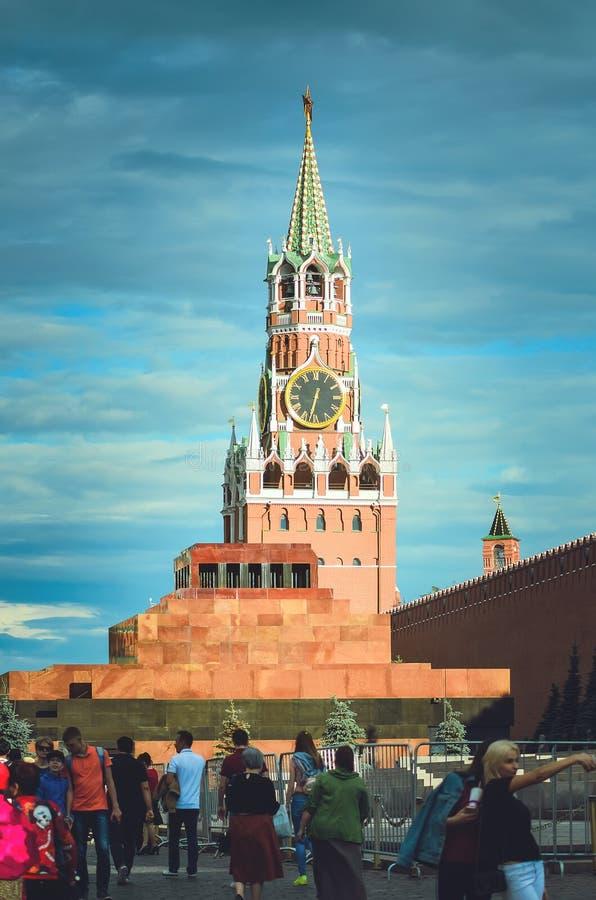 Quadrato rosso a Mosca Orologio sulla torre di Cremlino immagini stock libere da diritti