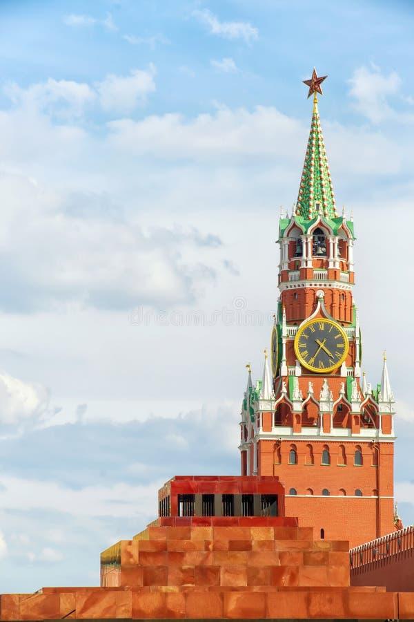 Quadrato rosso, Mosca, Russia Torre di Spasskaya del Cremlino con la stella fotografie stock libere da diritti