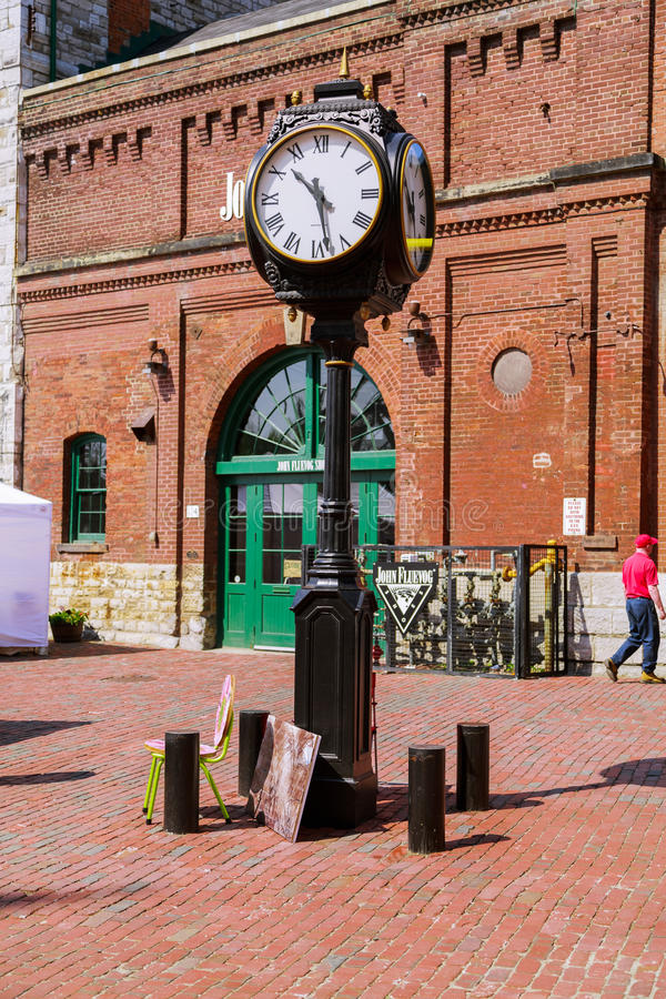 Quadrato storico del distretto della distilleria di Toronto con gli orologi d'annata classici immagini stock libere da diritti