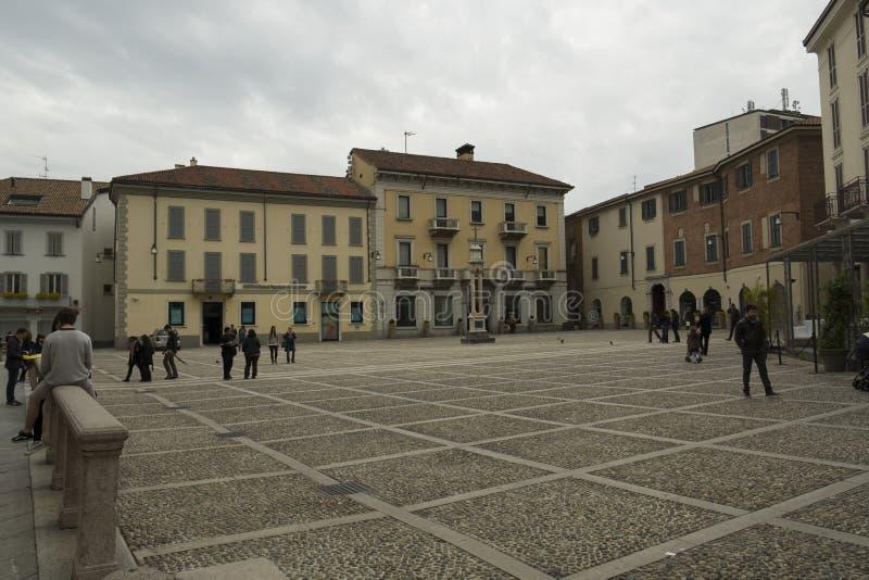 Quadrato vicino alla cattedrale a Monza, Italia immagini stock