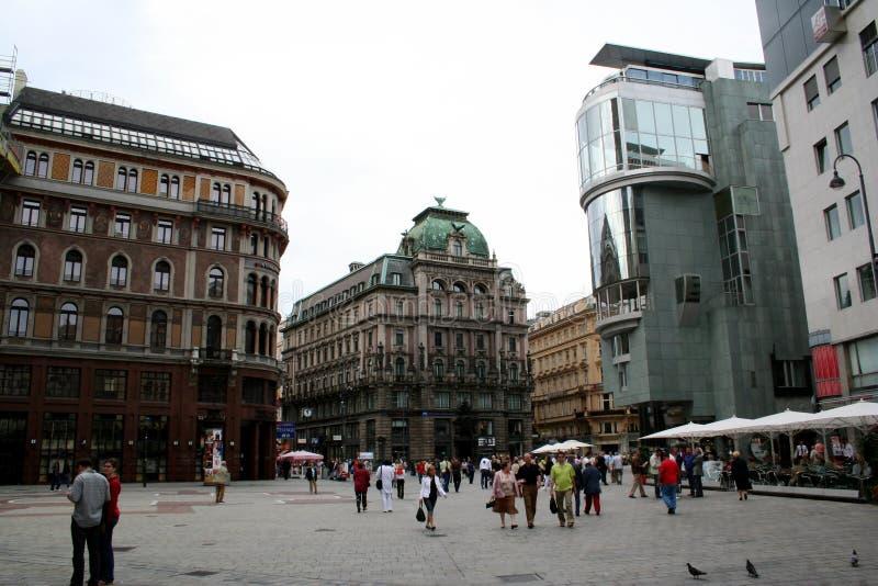Quadrato a Vienna con le costruzioni e la gente fotografie stock libere da diritti
