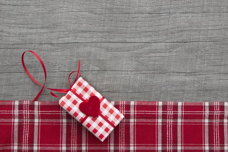 A quadretti rosso attuale per il biglietto di S. Valentino, il natale, il compleanno o il lepidottero fotografia stock