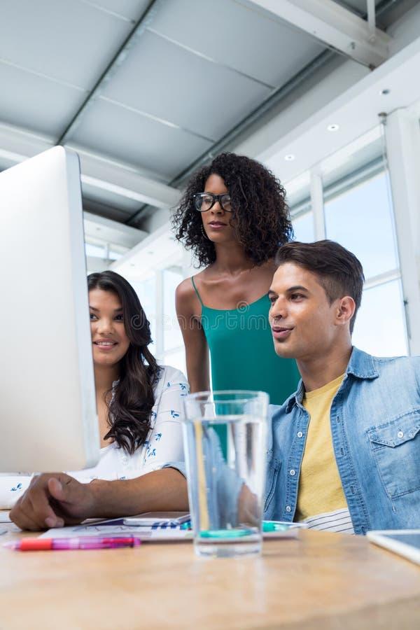Quadri che lavorano al computer nell'ufficio fotografie stock libere da diritti