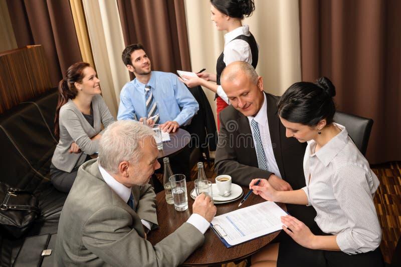 Quadri di riunione d'affari che trattano al ristorante fotografie stock libere da diritti