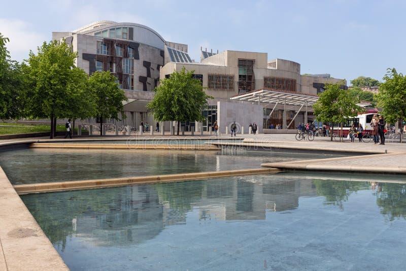 Quadrieren Sie mit Teich vor dem schottischen Parlament, das Edinburgh errichtet stockfotografie