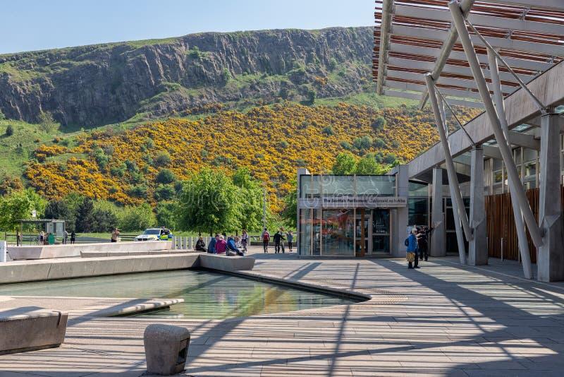 Quadrieren Sie mit Teich vor dem schottischen Parlament, das Edinburgh errichtet stockbilder