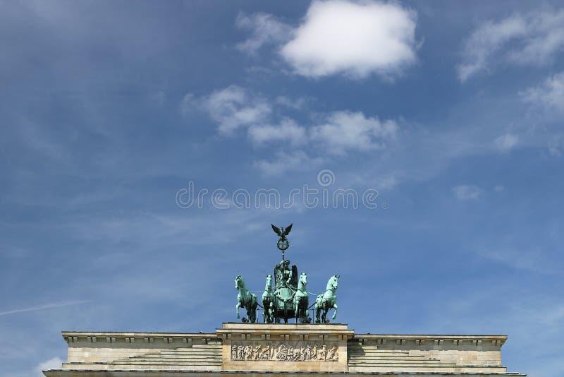 Quadriga met het standbeeld van de Overwinning boven de Poort die van Brandenburg wordt geplaatst berlijn stock afbeelding