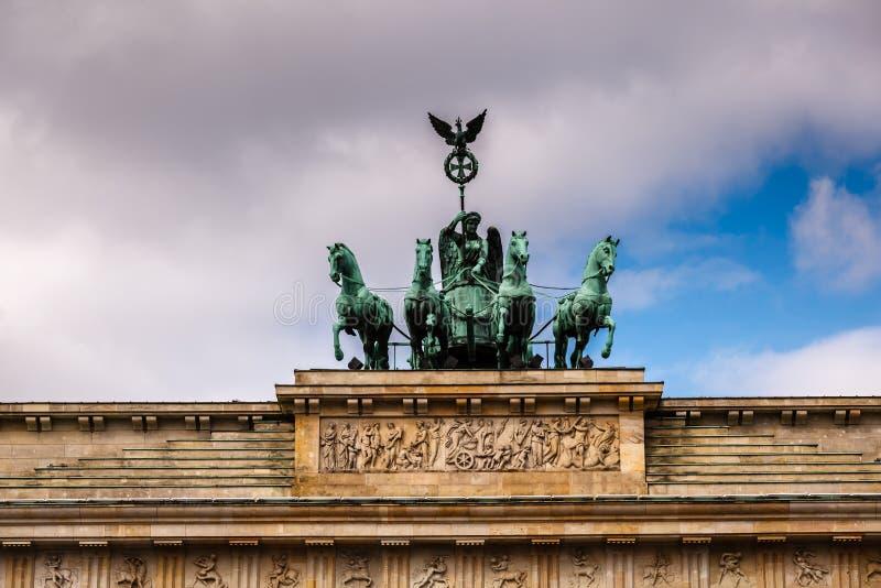 Quadriga na górze Brandenburger Tor (Brandenburg brama) obraz royalty free