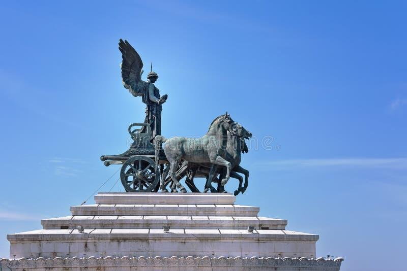 Quadriga sur le monument Vittorio Emanuele II à Rome Statue de déesse Victoria montant sur le quadriga images libres de droits