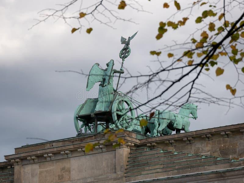 Quadriga van de Poort van Brandenburg achter Autumn Leaves In Berlin, Duitsland stock afbeeldingen