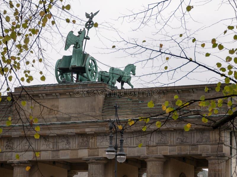 Quadriga van de Poort van Brandenburg achter Autumn Leaves In Berlin, Duitsland royalty-vrije stock afbeelding