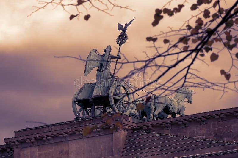 Quadriga van de Poort van Brandenburg achter Autumn Leaves In Berlin, Duitsland stock foto