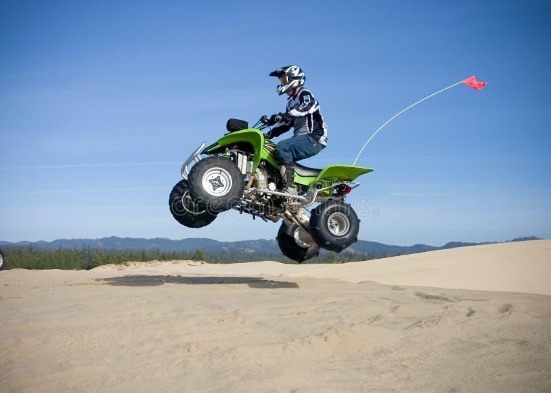 Quadrilátero de salto nas dunas foto de stock royalty free