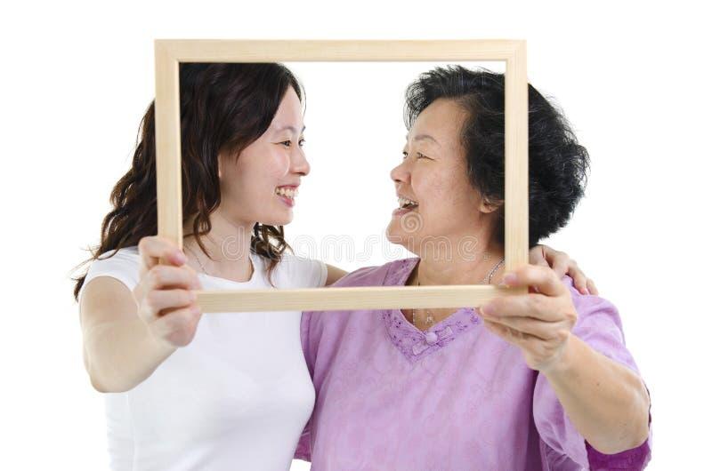 Quadro asiático da foto da mãe e da filha imagens de stock royalty free