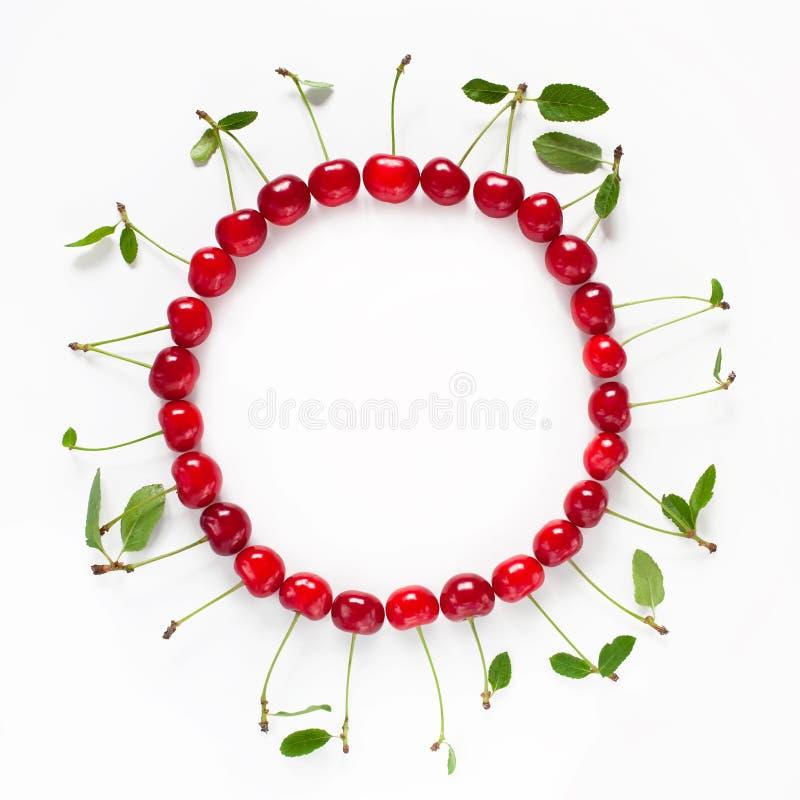 Quadro bonito do círculo do alimento de cerejas maduras vermelhas fotografia de stock royalty free