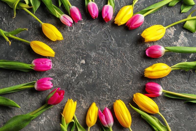 Quadro bonito feito das tulipas para a mãe \ 'do dia de s no fundo cinzento imagens de stock royalty free