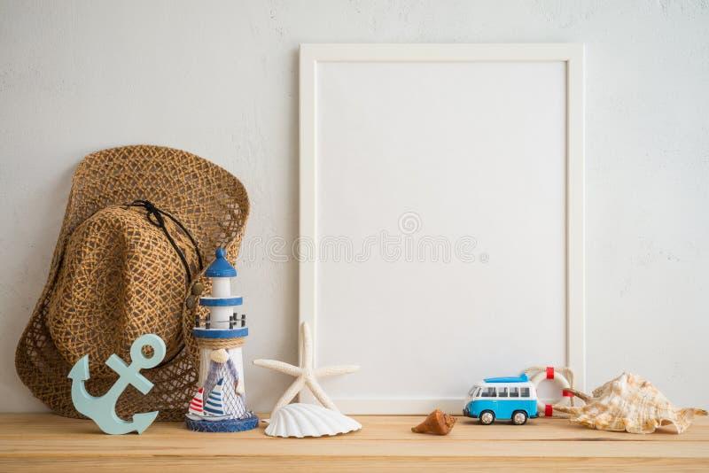 Quadro branco da foto do vintage na tabela de madeira velha sobre os vagabundos brancos da parede fotos de stock royalty free