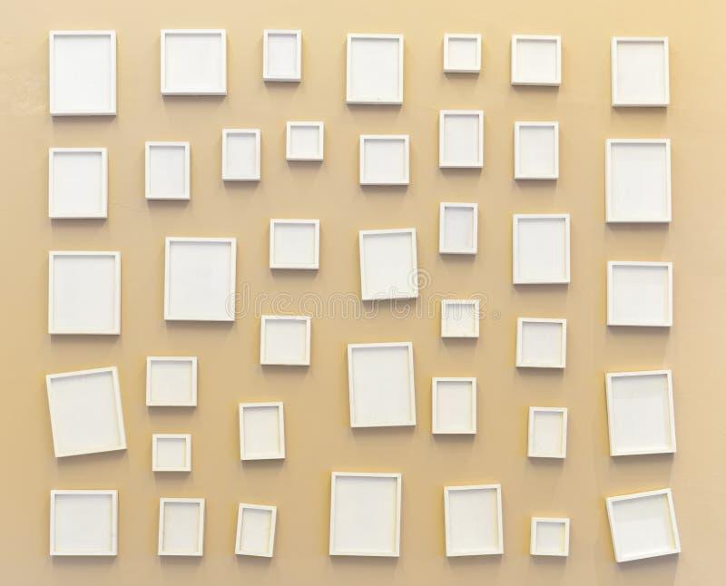 Quadro branco vazio da foto na parede fotografia de stock